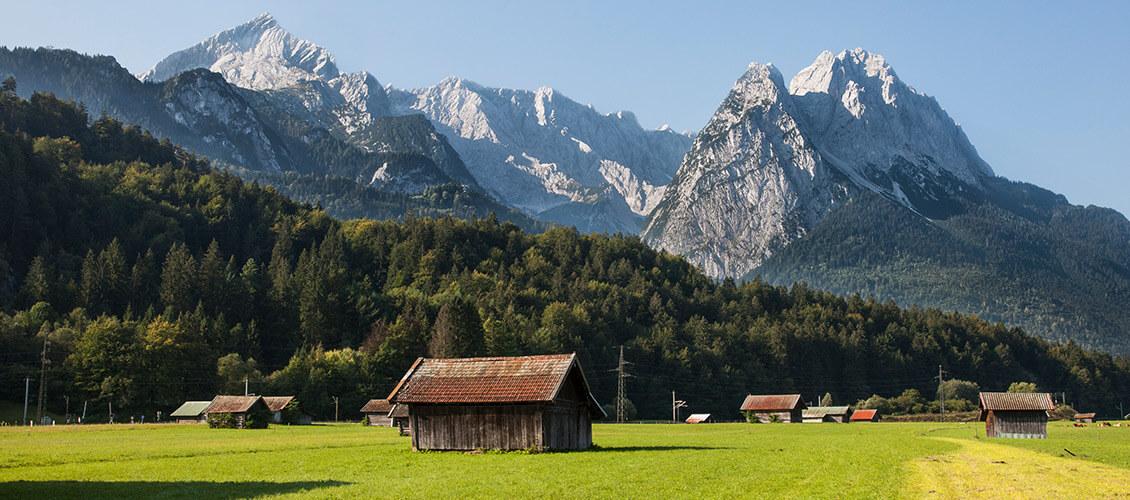 Eine Hütte vor einer Berglandschaft
